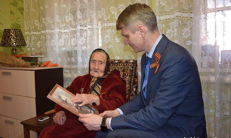Глава администрации г. Шахты навестил ветеранов Великой Отечественной войны дома