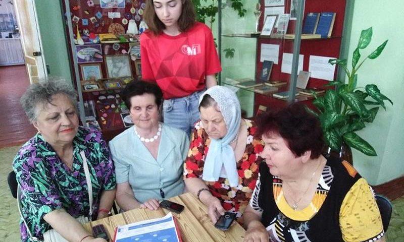 Волонтер провела в Центре социального обслуживания час компьютерной грамотности