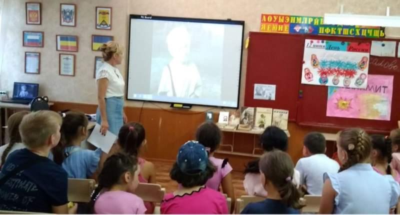 Сотрудники библиотеки провели для шахтинских детей из летнего лагеря литературный час и веселые старты