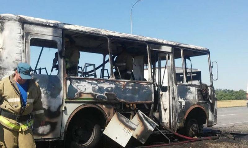 В городе Шахты на ходу загорелся автобус с пассажирами