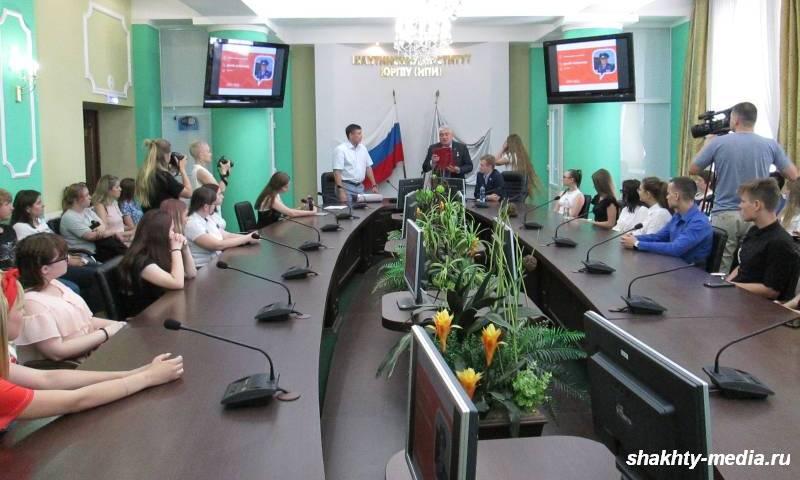 Шахтинская молодежь встретилась с героем России Александром Дзюба