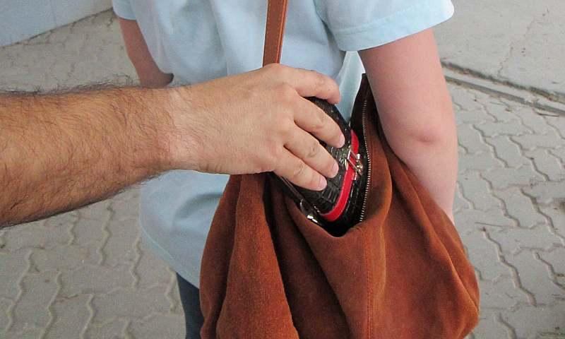 Шахтинские полицейские задержали подозреваемого в краже кошелька с деньгами
