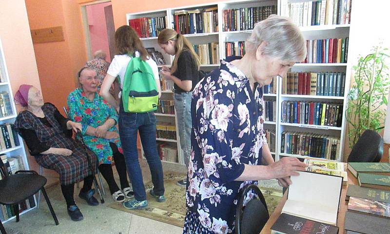 Редакция газеты «Шахтинские известия» передала книги в пансионат для  престарелых и инвалидов
