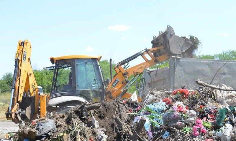 В городе Шахты продолжается уборка кладбищ