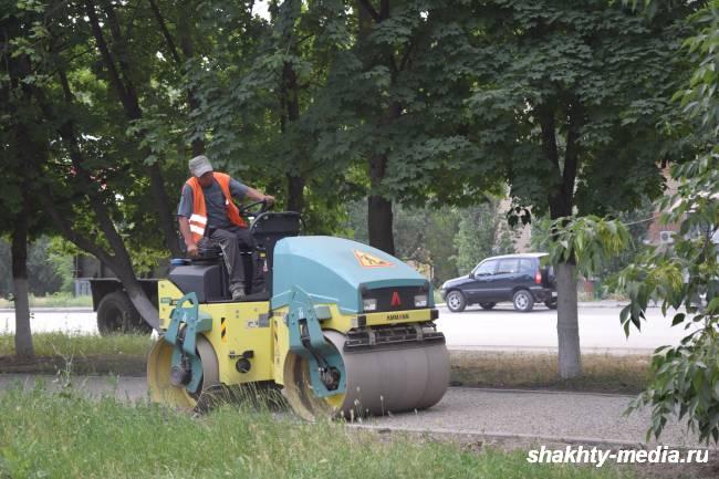 Ведется асфальтирование тротуаров по проспекту Ленинского Комсомола