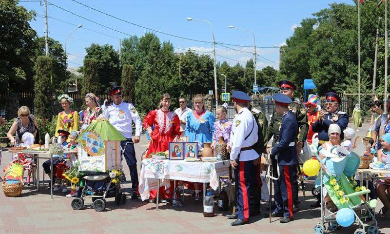 Фестиваль, посвященный Дню семьи, любви и верности, прошел на Соборной площади в городе Шахты