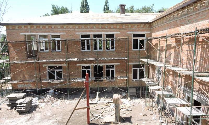 Глава администрации города Шахты Андрей Ковалев проконтролировал работы по капремонту школы № 15