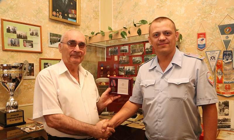 Шахтинец Сергей Новиков награжден медалью МВД России «300 лет российской полиции»