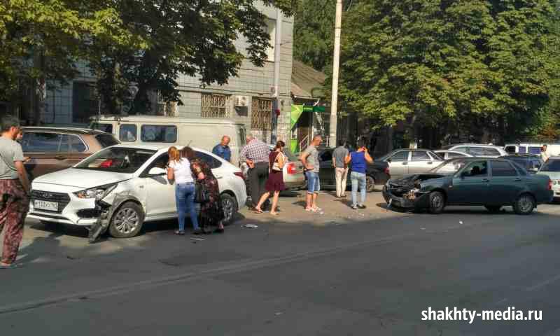 Авария на Советской в Шахтах создала пробку на всей улице