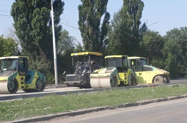 В городе Шахты ведутся работы по укладке асфальта на улицах и тротуарах