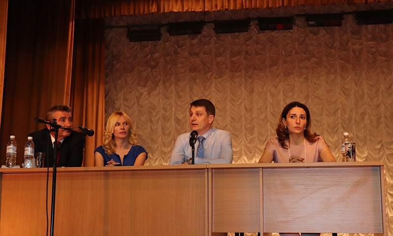 В городском Дворце культуры г.Шахты прошла встреча с родителями, учителями и тренерами
