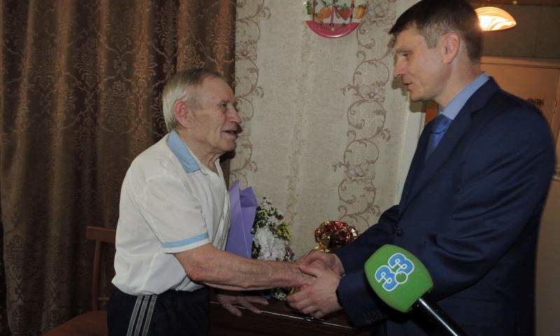 Глава администрации г. Шахты поздравил Почетного шахтера Анатолия Зарянова с профессиональным праздником
