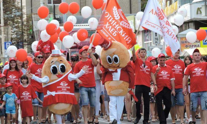 По центральной улице Советской г. Шахты прошло праздничное шествие коллективов