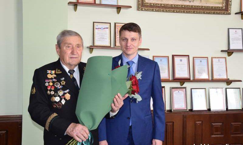 Глава администрации г. Шахты  поздравил ветерана шахтерского труда Анатолия Носаченко с наступающим праздником
