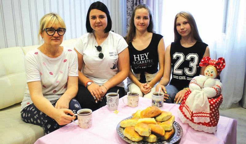 Марина Будаева провела мастер-класс по лепке пирожков для юнкоров «Шахтинских известий»