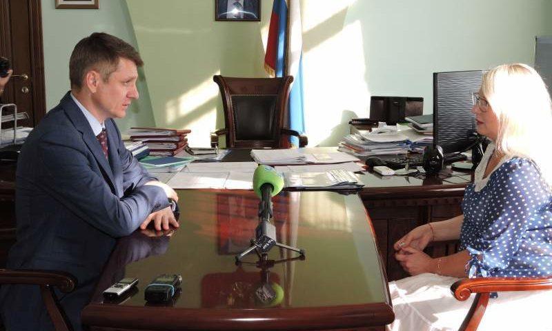 Глава администрации города Шахты встретился с жительницей города по вопросу переселения из ветхого жилья