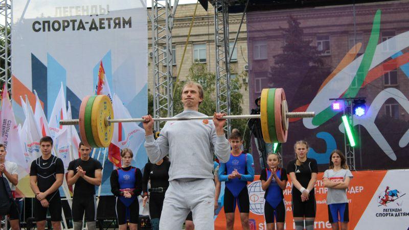 """Андрей Сильнов прыгнул через планку, поднял штангу в 100 кг и бросил трехочковый на турнире """"Донская высота"""""""