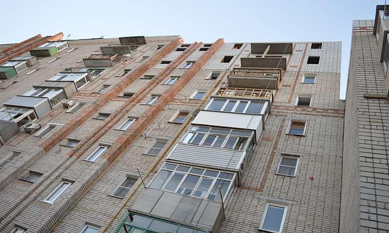 Министр строительства контролирует ход и качество ремонта дома на Хабарова, 16 в Шахтах