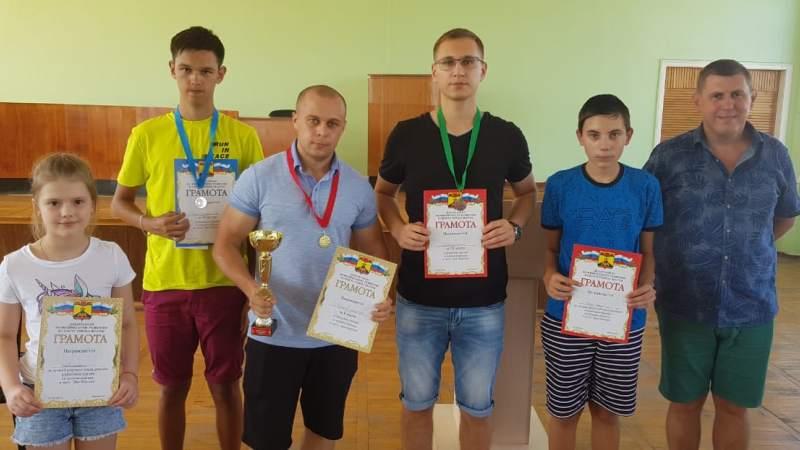 Шахтинец Станислав Брежнев стал первым на открытом городском турнире по русским шашкам
