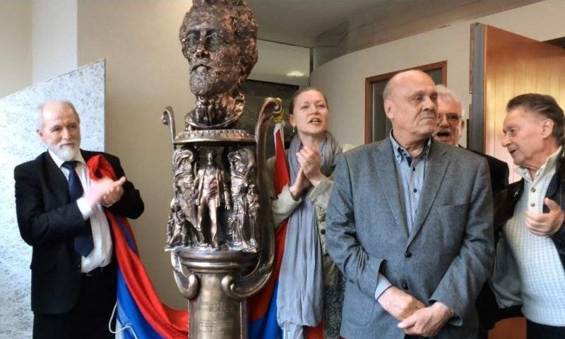 Памятник Антону Чехову работы донского скульптора Сергея Исакова передан в коллекцию Эрмитажа
