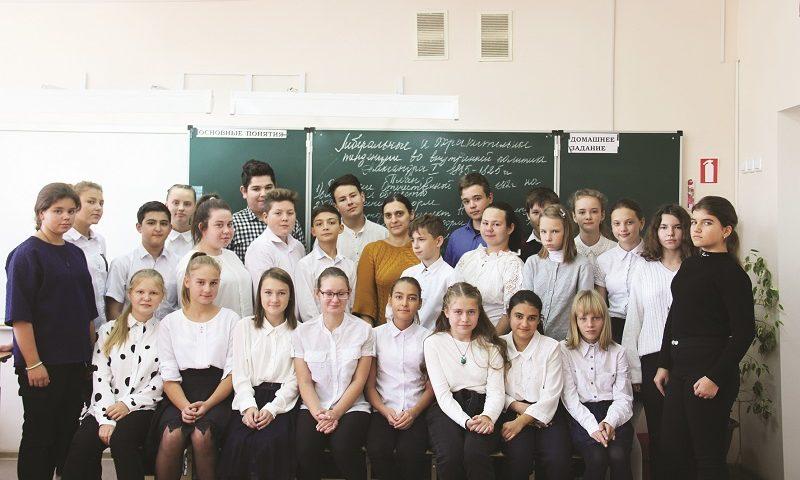 Шахтинцы продолжают поздравлять своих любимых учителей