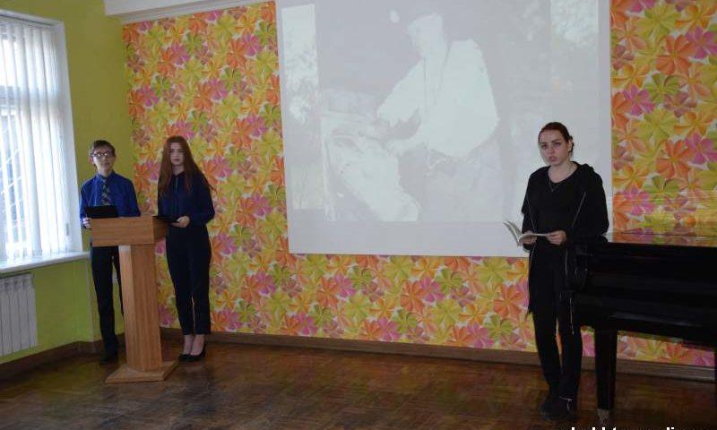 Юнкоры читали стихи шахтинца Владимира Ковальчука на вечере памяти поэта