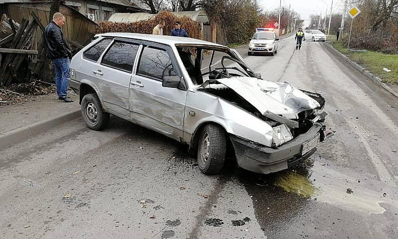 Автоледи столкнулась с «девяткой» и та протаранила гараж