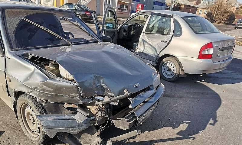 В Шахтах на перекрестке Комиссаровский-Дзержинского столкнулись два автомобиля
