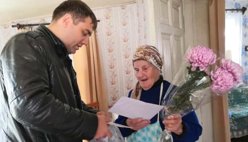 Шахтинку Александру Гуляевскую поздравили с 90-летием