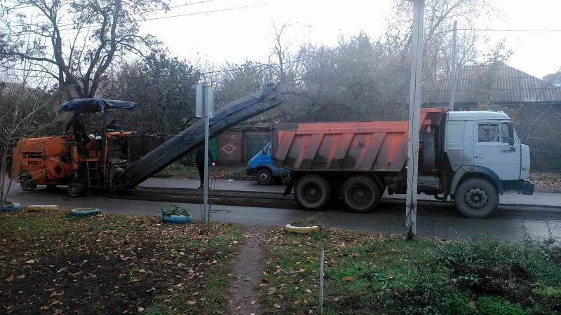 В Шахтах на улице Пролетарской ведется ремонт дороги
