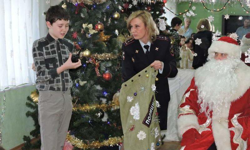 Полицейский Дед Мороз  привез детям «Добродеи» новогодние подарки