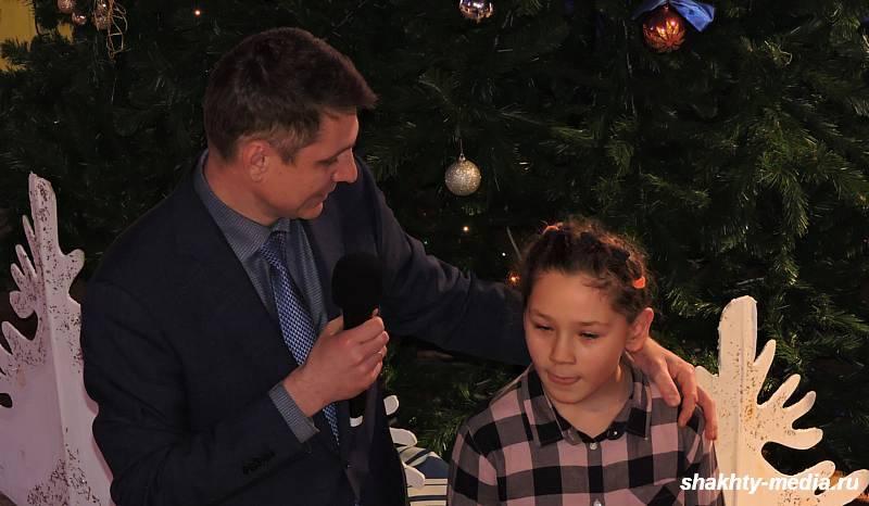 В Шахтинском драмтеатре прошла благотворительная елка для одаренных детей