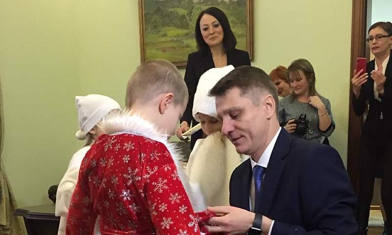 Глава администрации г.Шахты Андрей Ковалев подарил Никите Маслюкову костюм Деда Мороза