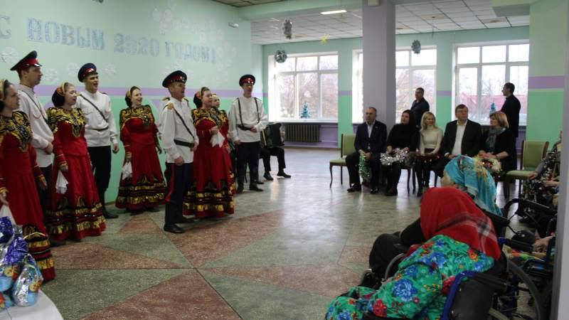 Председатель ЗС РО Александр Ищенко с коллегами поздравил с наступающими праздниками постояльцев пансионата для престарелых и инвалидов города Шахты