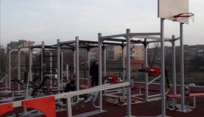 На территории школы №20 г.Шахты устанавливается площадка для сдачи норм ГТО