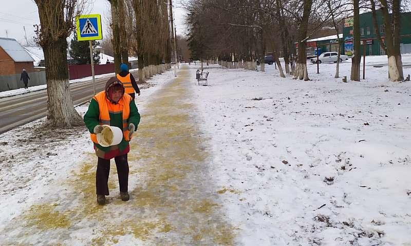 В Шахтах ведутся работы по уборке улиц от снега  и посыпке тротуаров противогололедными средствами
