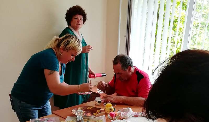 Шахтинцы старшего поколения обучаются рукоделию