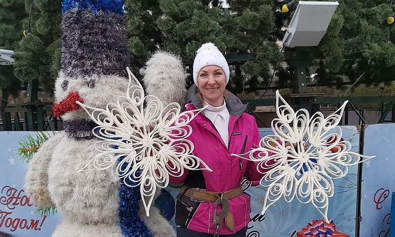 Центральную елку г. Шахты украсили снежинки ручной работы