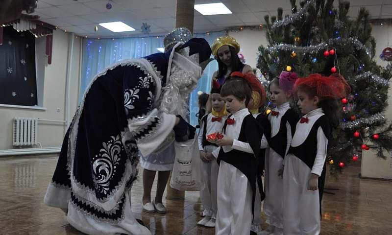 В клубе «Южный» творческие коллективы г.Шахты показали новогоднюю программу