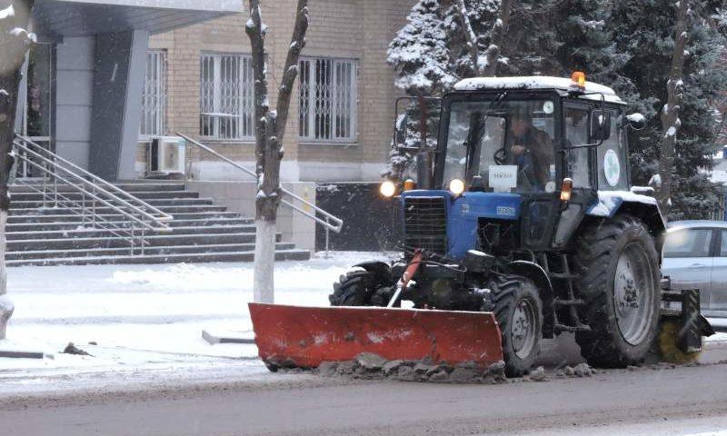 Снегоуборочная техника работает на автодорогах г. Шахты