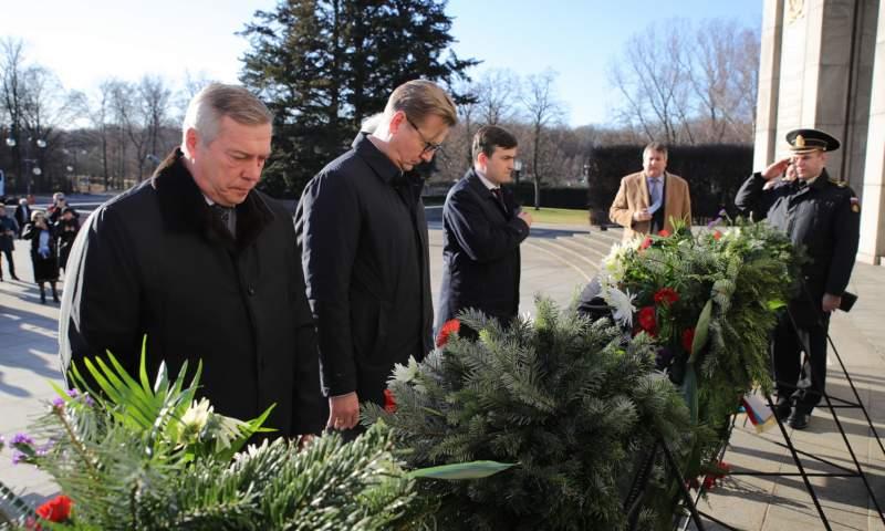 Василий Голубев и Сергей Нечаев почтили память погибших советских воинов в берлинском Тиргартене