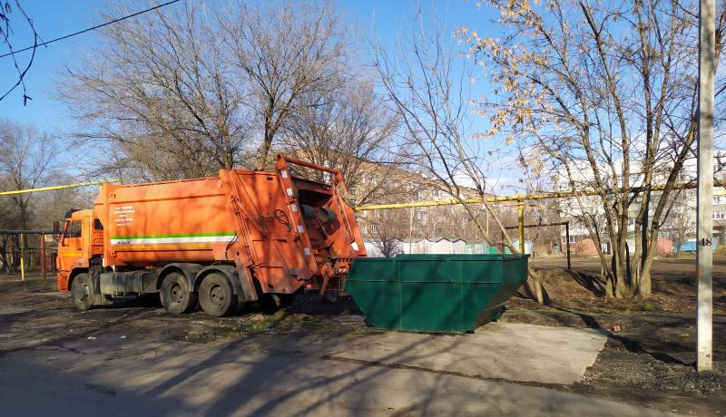 В Шахтах на улице Достоевского установлен новый контейнер «лодочка»