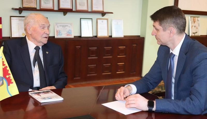 Глава администрации г. Шахты Андрей Ковалев встретился с заслуженным прокурором Юрием Тимошенко