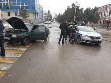 Автомобиль шахтинца загорелся на перекрестке в городе Новочеркасск