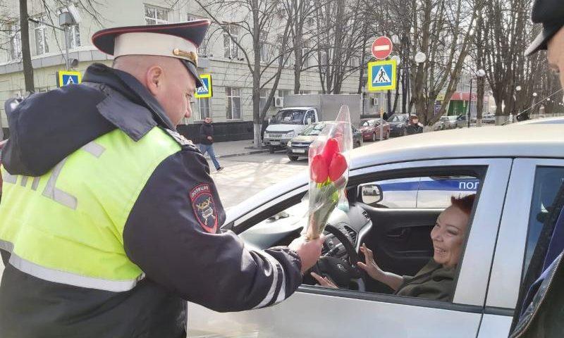 Сотрудники ГИБДД останавливали шахтинских автоледи, чтобы вручить  им цветы