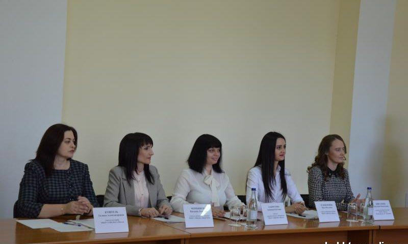 Участники номинации «Учитель года» г. Шахты  вступили в финальную дискуссию