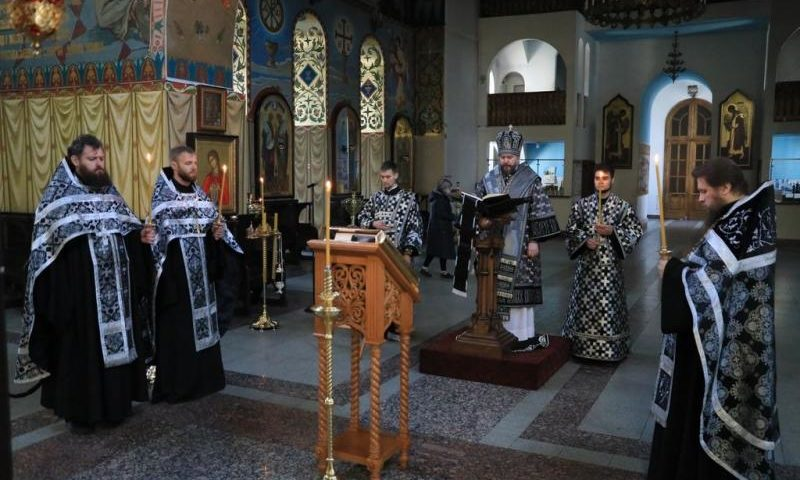 Епископ Симон совершил утреню Великого Пятка с чтением двенадцати Страстных Евангелий