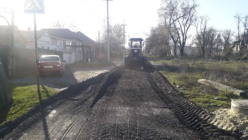 В Шахтах проводится отсыпка грунтовых дорог щебнем (ВИДЕО)