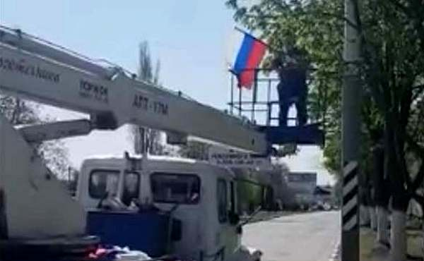 На улицах г.Шахты ведется установка флагов