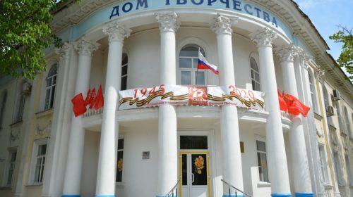 Шахтинцы поддержали всероссийскую акцию «Окна Победы»